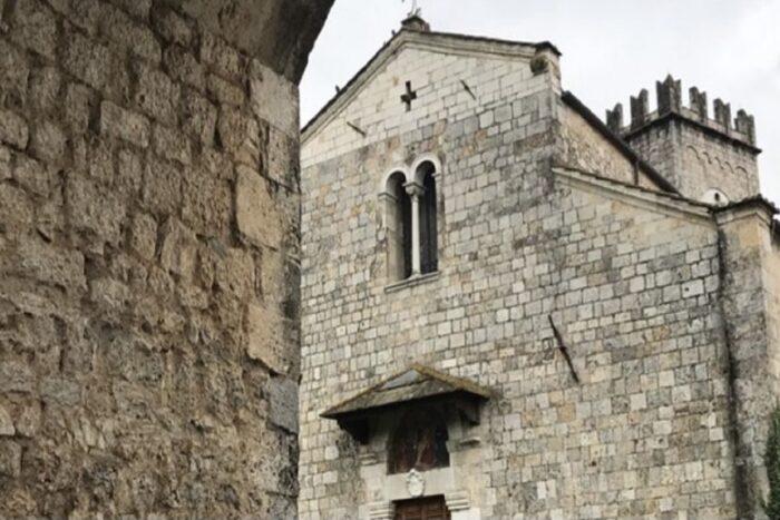 dettaglio della facciata della Badia di Camaiore